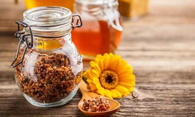 Вместо меда лечить панкреатит можно с помощью прополиса, который также является продуктом пчеловодства