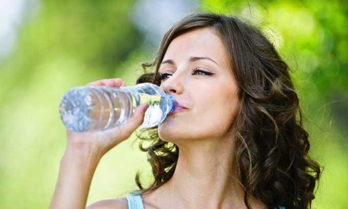 Чтобы убрать неприятные ощущения сухости во рту, врачи советуют пить достаточное количество воды