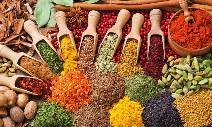 Из рациона должны исчезнуть острые соусы, пряности, приправы, кетчуп и майонез