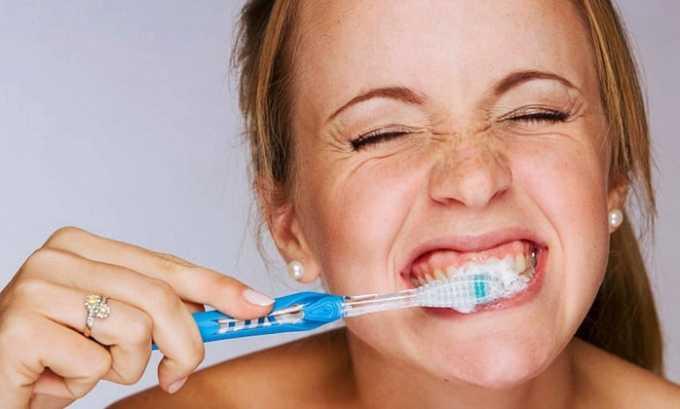 При сухости во рту нужно тщательно следить за гигиеной рта, чистить зубы, использовать различные ополаскиватели