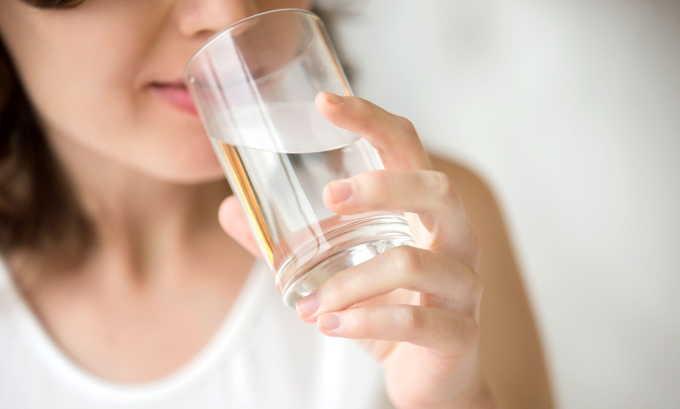 Больным панкреатитом назначают щелочную минеральную воду без газа, рекомендуется ее употребление до приема пищи