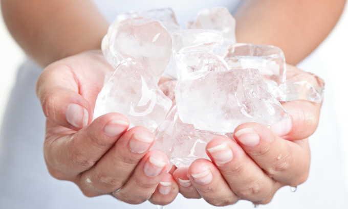 На область живота, где ощущается спазм, нужно приложить грелку со льдом. Это поможет снять боль на какое-то время