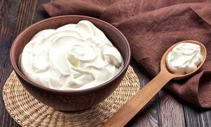 Этот салат лучше заправлять нежирной сметаной или йогуртом