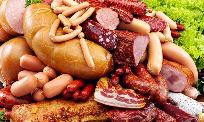 Копченые продукты негативно влияют на поджелудочную железу, поэтому их следует исключить из рациона