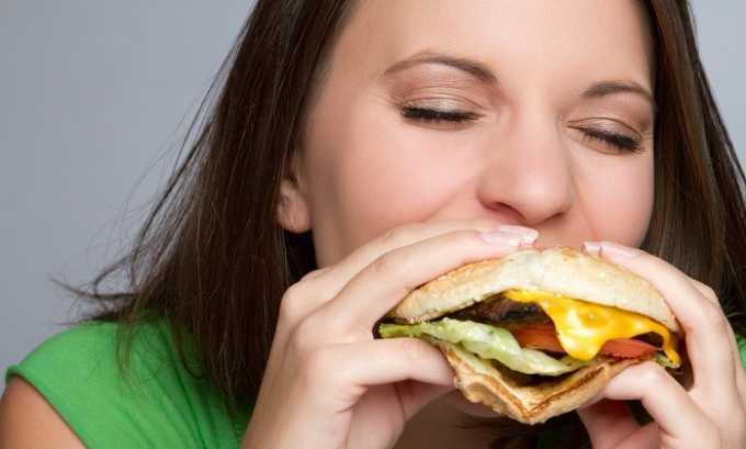 Воспалению поджелудочной железы способствует употребление алкоголя, газированных напитков, фаст-фуда