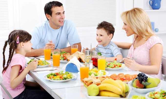 Родителям следует приучать ребенка к здоровому питанию с раннего возраста