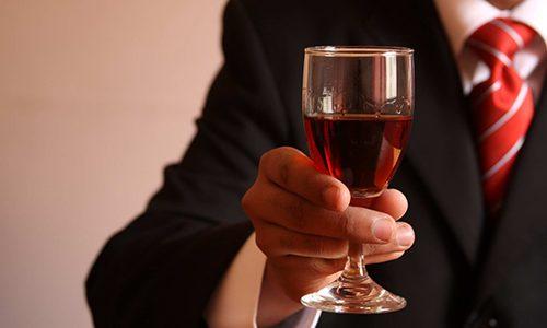 Существует множество факторов, которые могут послужить причиной появления патологии. Часто болезнь является результатом чрезмерного употребления алкоголя