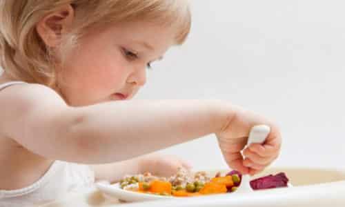 Диета при заболевании поджелудочной железы детей имеет важное правило: еда должна быть теплая, кормить ребенка нужно малыми порциями около 6 раз в день