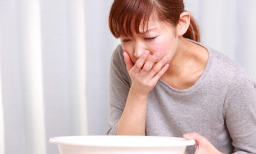 Дополнительно наблюдаются такие симптомы как тошнота и рвота даже на голодный желудок