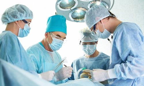 Операция выполняется в случае осложнений и дополнительных патологических состояний, требующих срочного вмешательства