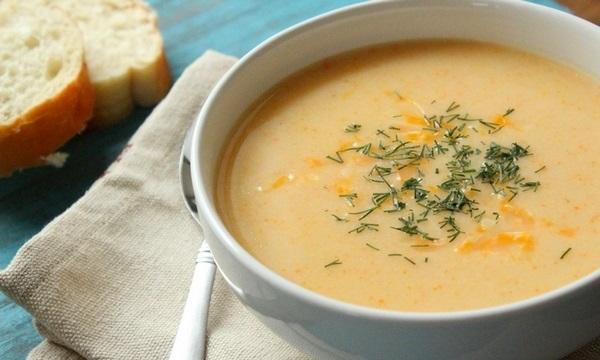 Для приготовления сырного креп-супа используют вторичный куриный бульон