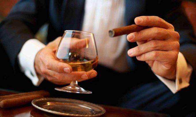 При соблюдении рекомендаций диетолога нужно помнить о том, что большой вред здоровью приносит употребление алкоголя и курение