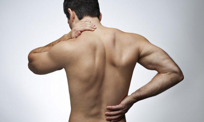 Первым симптомом является острая боль в верхней части живота. Неприятные ощущения могут отдавать в грудь, спину или левое плечо