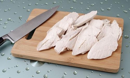 В диетический салат из огурцов и сыра нужно добавить отваренное филе курицы, порезанное соломкой