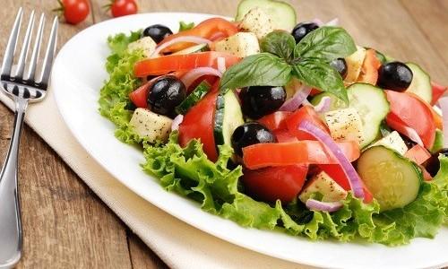 Греческий салат можно есть при панкреатите, приготовив из традиционного набора продуктов, но без добавления лимонного сока