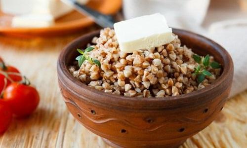 При остром панкреатите разрешается рассыпчатая гречневая каша с добавлением небольшого количества растительного или сливочного масла