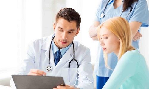 Пациенты, страдающие хроническим панкреатитом, постоянно испытывают боли. В этой ситуации врач назначает анальгетики или нестероидные противовоспалительные препараты