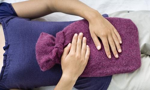 При обострении хронического панкреатита больного следует уложить на кровать и приложить пузырь со льдом