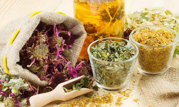 В качестве вспомогательных лекарственных средств при сильных болях используют травяные сборы, в состав которых входит тмин, мята, ромашка, цикорий, череда и девясил