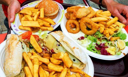 Жирная и тяжелая пища, которой принято закусывать спиртное, усиливает негативное воздействие алкоголя на ЖКТ, особенно на поджелудочную железу, вызывая обострение панкреатита