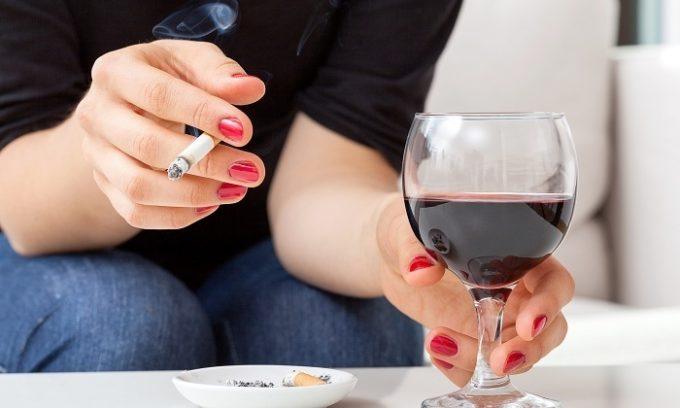 Вредные привычки такие как курение и злоупотребление алкоголем могут спровоцировать развитие патологии