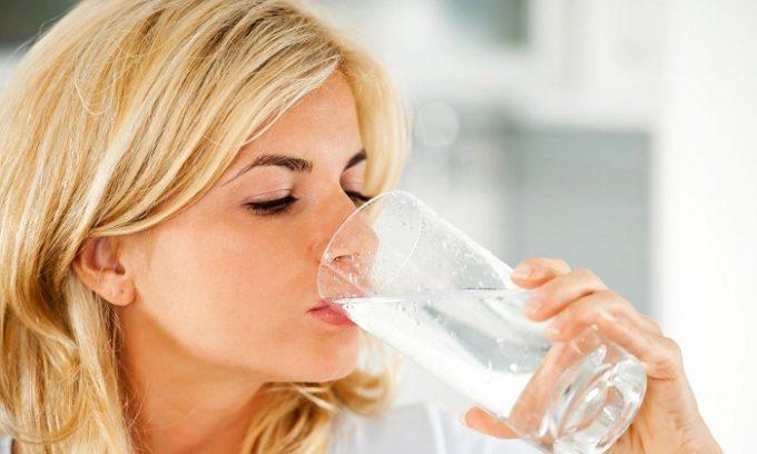 При панкреатите рекомендуется пить негазированную минеральную воду