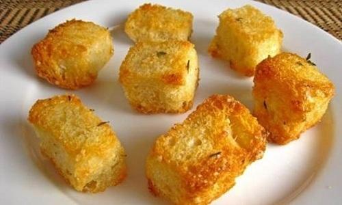 """Для питательного салата """"Цезарь"""" нужно обязательно сделать сухарики из брусочков белого хлеба"""
