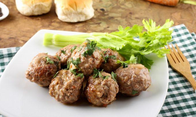 При панкреатите врачи рекомендуют готовить тефтели из нежирных сортов мяса