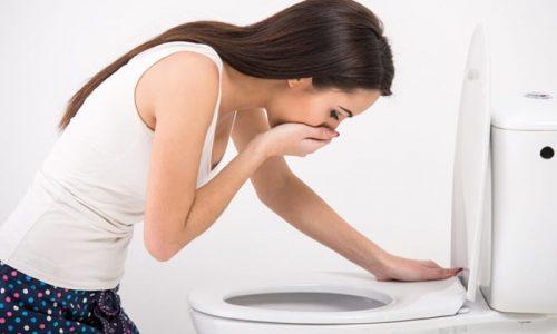 Клинические признаки начинают явно выражаться по достижении 2-й степени развития болезни, у больного проявляется тошнота и дискомфорт в желудке после приема тяжелой пищи