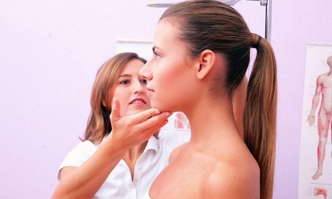 Врач обязательно обращает внимание на внешний вид человека. При заболеваниях поджелудочной железы присутствуют характерные изменения цвета кожных покровов