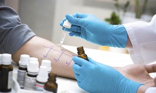 Перед проведением МРТ пациенту проводят пробу на аллергию, чтобы исключить побочные реакции