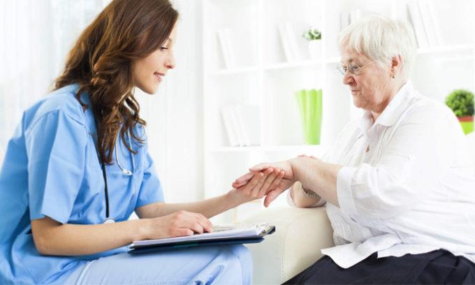 При осмотре и опросе пациента гастроэнтеролог анализирует имеющиеся у пациента симптомы, получает информацию о перенесенных ранее заболеваниях, пальпирует эпигастральную и брюшную области